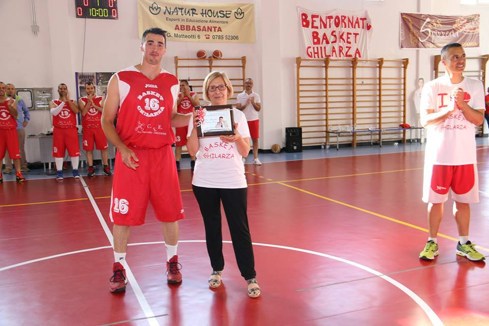Basket Ghilarza Memorial Porcu consegna targa vedova Giu. 2016