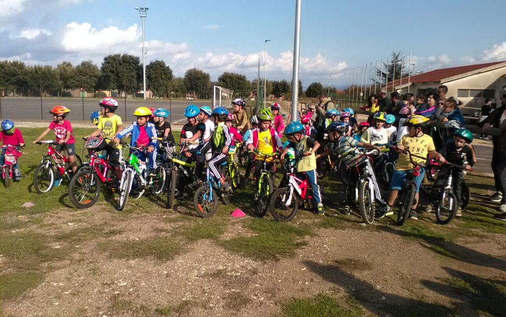 """Ciclismo. Entusiasmo alle stelle dei bambini a Norbello per la """"merenda"""" in bici"""