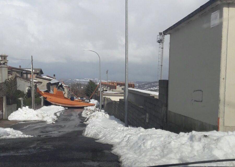 A Fonni tragedia sfiorata: sradicata la copertura in legno del campo. Neve e vento a rischio molte gare del calcio dilettanti