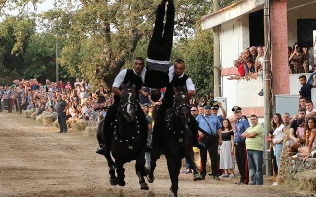 "Evoluzioni da brivido e gran pubblico per ""Sas Pariglias de Santu Austinu"" ad Abbasanta"