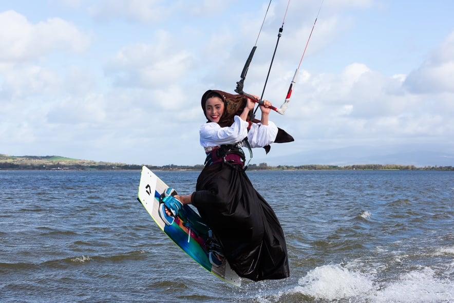 Singolare esibizione dell'oristanese Irene Murruin Kitesurf con ilcostume tradizionale sardo