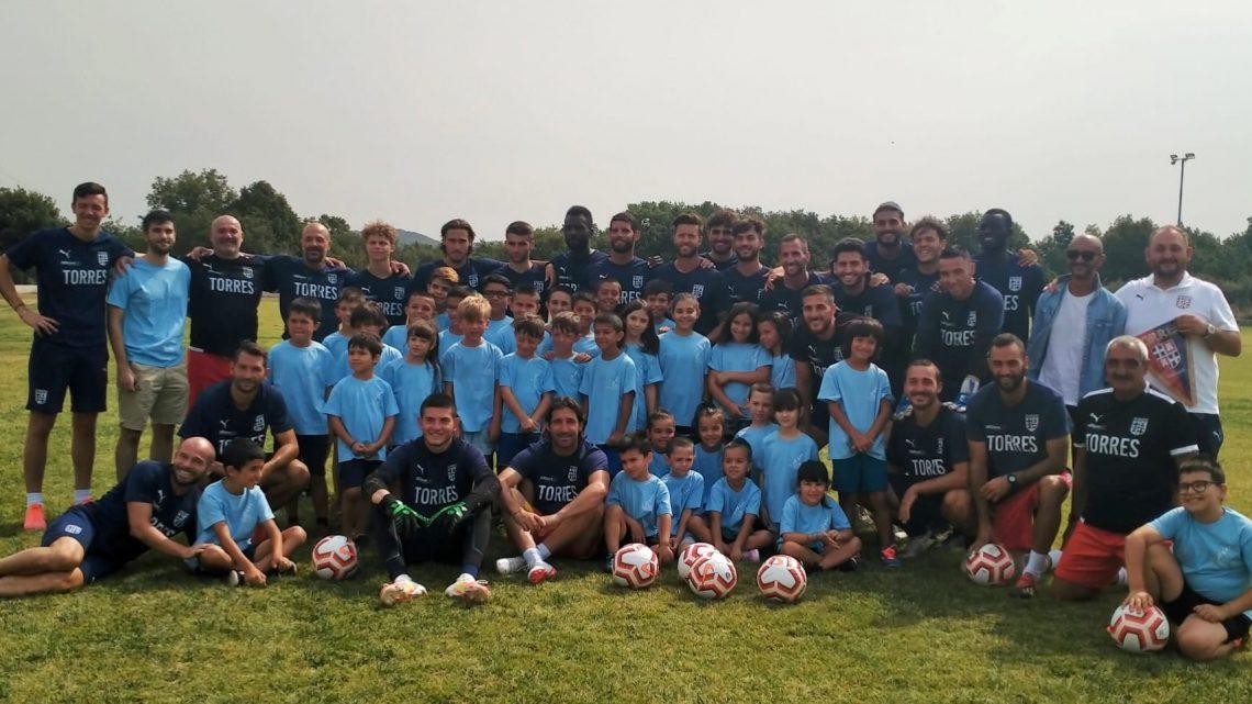 OLLOLAI SALUTA LA TORRES/ I bambini della scuola calcio visitano il ritiro della formazione sassarese