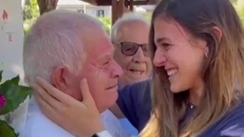 ALESSIA ORRO/ Diventano virali in tutta Italia le immagini dell' abbraccio fra le lacrime della  campionessa europea di Pallavolo e il nonno Peppino a Narbolia