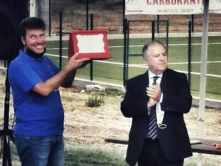ll presidente della FIPAV Centro Sardegna Roberto Puddu premia il GSD Volley per la promozione in serie B2 Femminile